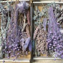 Brievenbusdoosje MEDIUM, met korte droogbloemenmix blauwe, grijze en vintage paarse tinten