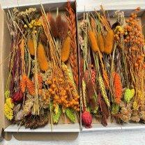Brievenbusdoosje Medium, met korte droogbloemenmix Herfsttinten en oranje