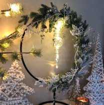 Nieuwe Winterse krans; Groot staand rond frame met kerstgroen en hangend glazen ornament, 70cm