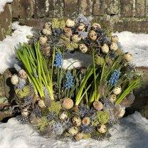 NIEUW! Verse bolletjeskrans met blauwe druifjes, distels en papavers