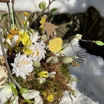 UITVERKOCHT: Lentemandje met kippetjes en metalen bloem, 21cm (ALLEEN nog het mandje los en de ijzeren bloem)