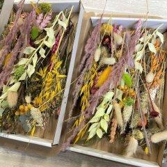 Brievenbusdoosje Medium, met korte droogbloemenmix Herfsttinten en lila