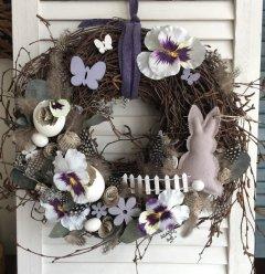 UITVERKOCHT; Lentekrans in lila en grijstinten met NIEUW grijs houten haasje, 35cm