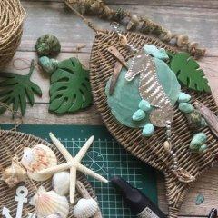 UITVERKOCHT; Pakket en videohandleiding; Schelpenhanger met palmbladen, aquatinten en Rattan vis, 26cm