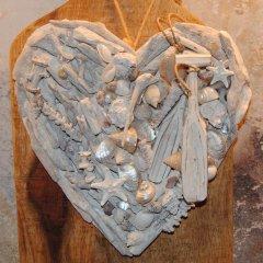 UITVERKOCHT; Schelpenhart met drijfhout en parelmoeren schelpen, 24cm