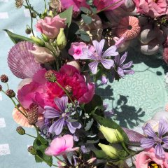 UITVERKOCHT; Pakket; Verse bloemenkrans met schelpen.