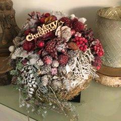Merry Christmas Mosbal met Rode decoratie en Sneeuw, 25cm