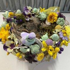 NIEUW; Paasei mandje met bloemenmix (bijpassend bij tafelswag PKKT-524)
