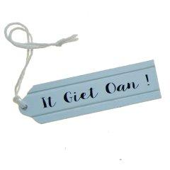 NIEUW! Houten label; It Giet Oan! 9cm