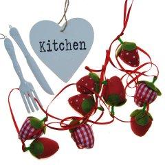 Setje met aardbeien, porseleinen bestek en kitchen bordje