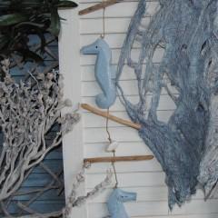 Hanger met drijfhout, stenen en lichtblauwe zeepaardjes, 90cm