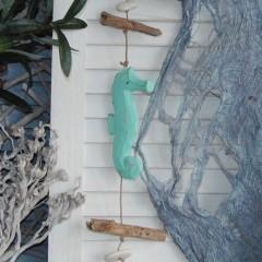 Hanger met drijfhout, stenen en mintkleurige zeepaardjes, 90cm