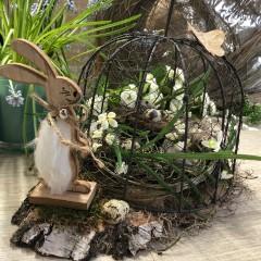 Draadstolp met haasje en voorjaarsdecoratie